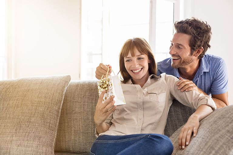 ТОП 45 ідей що подарувати Дружині на 45 років + 20 Подарунків та Поради