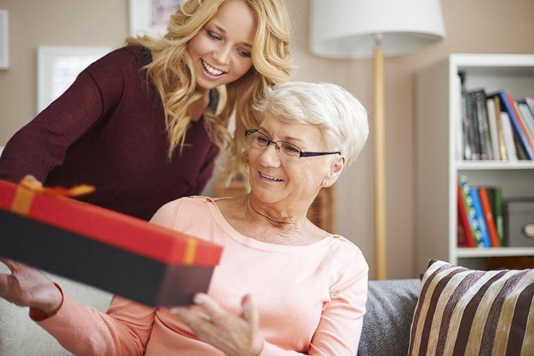 ТОП 68 ідей що подарувати мамі на 55 років +17 Подарунків та Поради