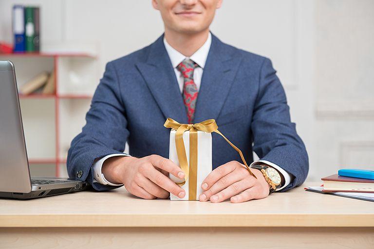 ТОП 81 ідея що подарувати Директору (чоловікові) + ще 9 подарунків